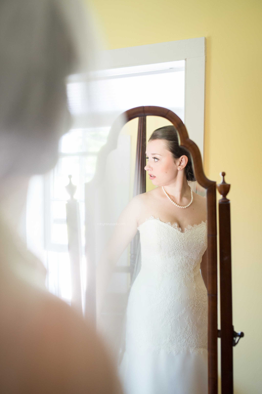 07-bride-in-the-mirror-in-jordan.jpg