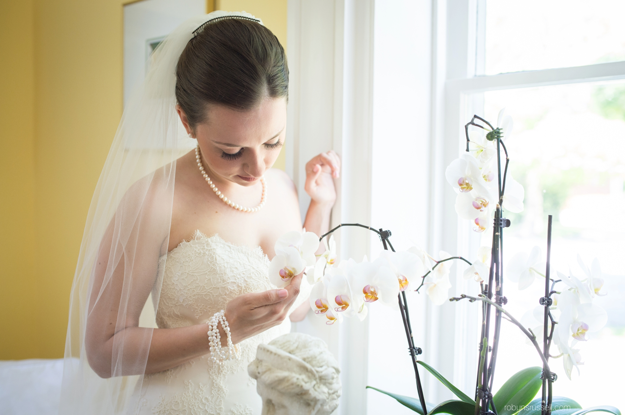 11-quiet-moment-for-bride-before-ceremony.jpg