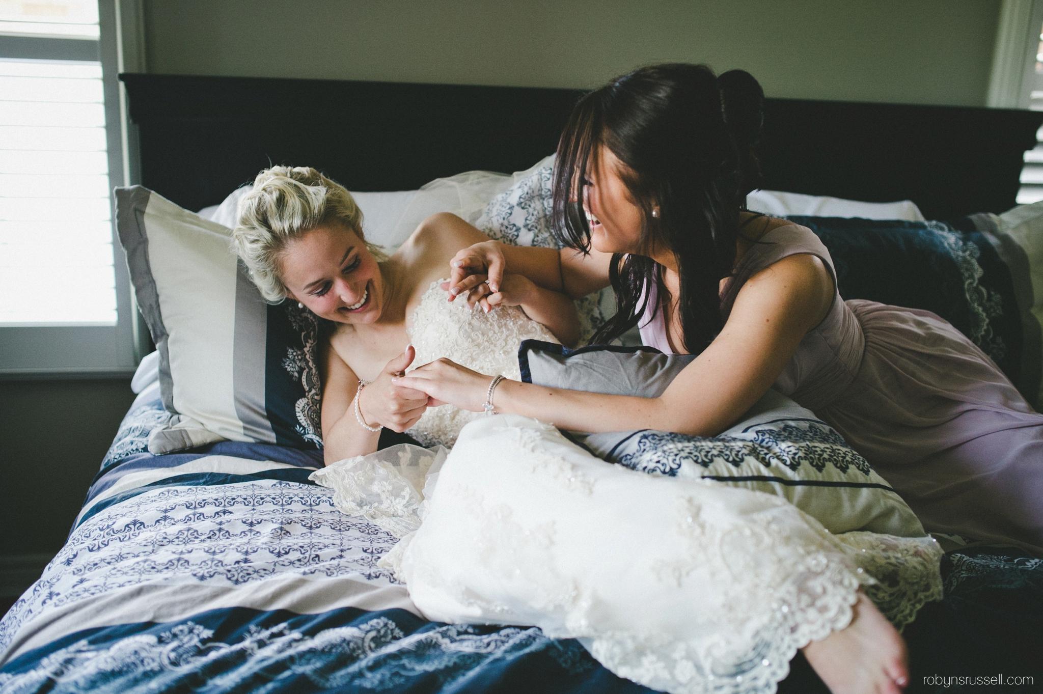 17-bride-and-sister-having-fun.jpg