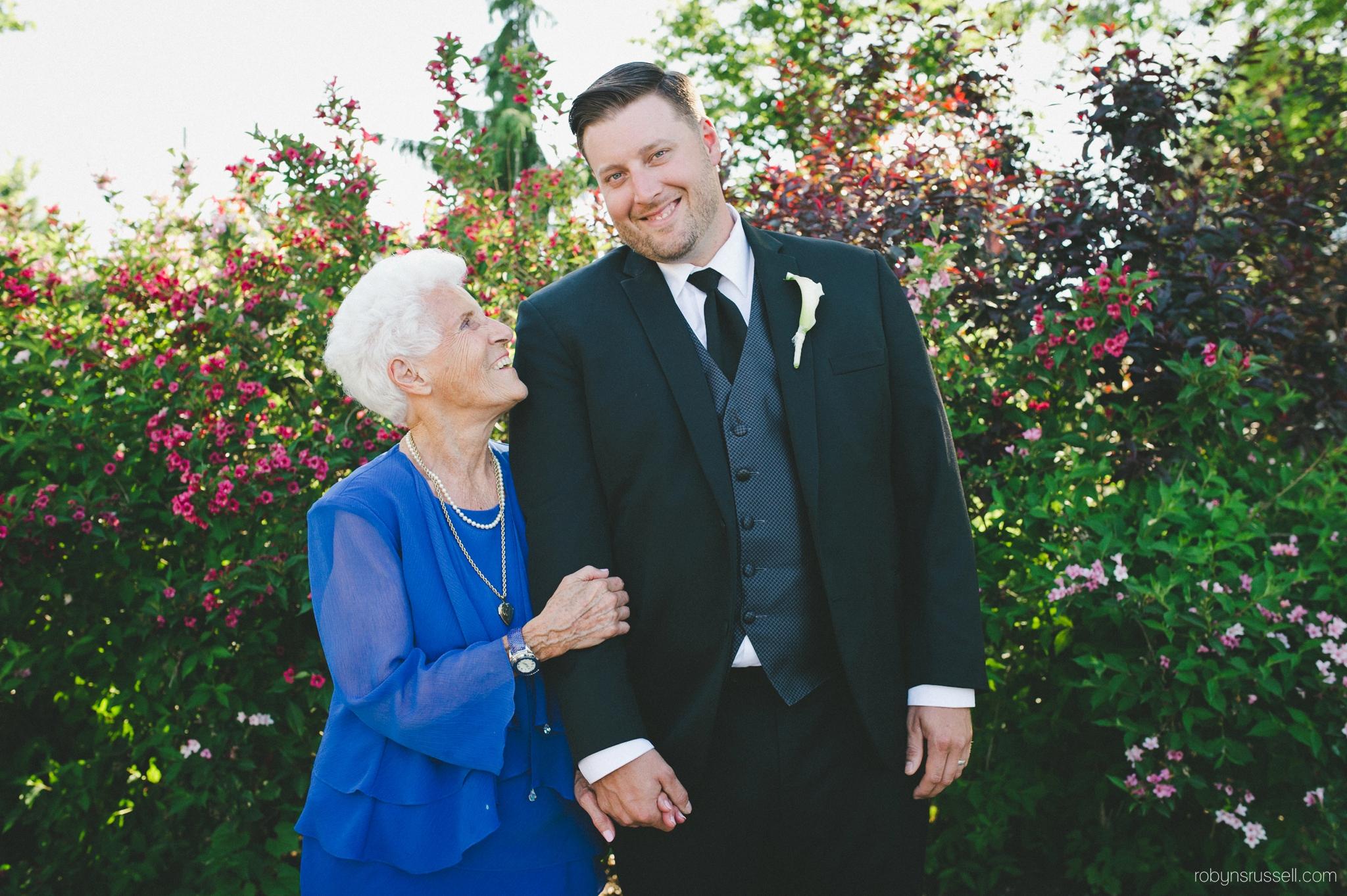 30-groom-with-grandmother-on-wedding-day.jpg