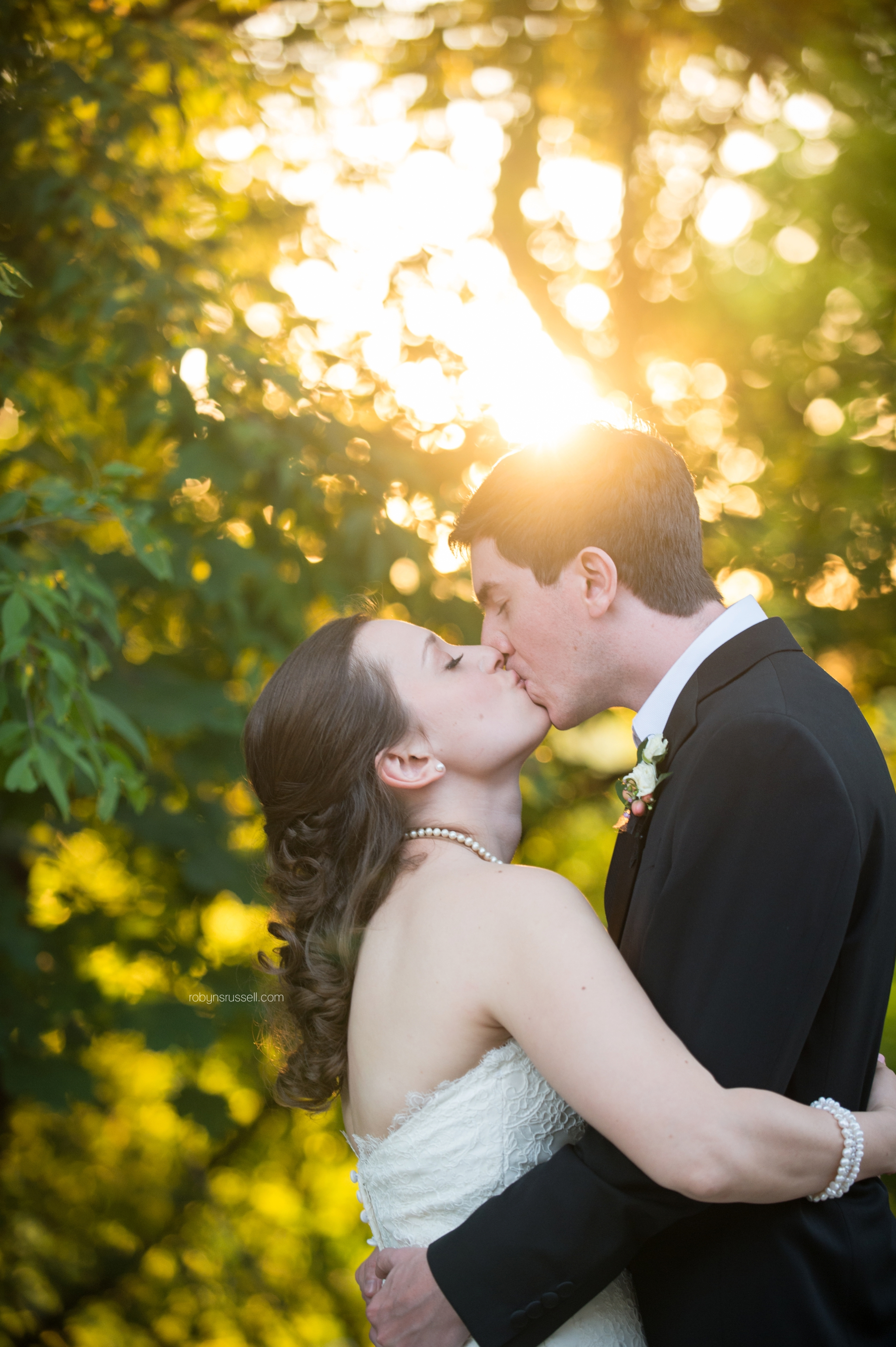 44-bride-and-groom-couple-kissing-by-sunset-niagara-wedding-photographer.jpg