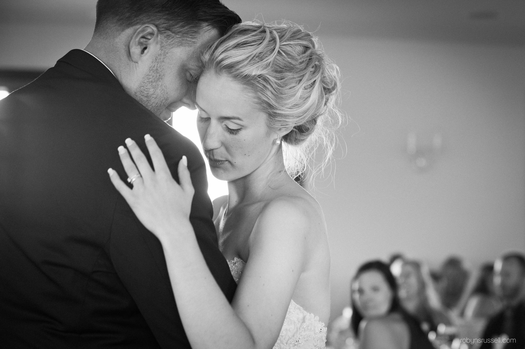 48-bride-and-groom-first-dance-oakville-photographer.jpg