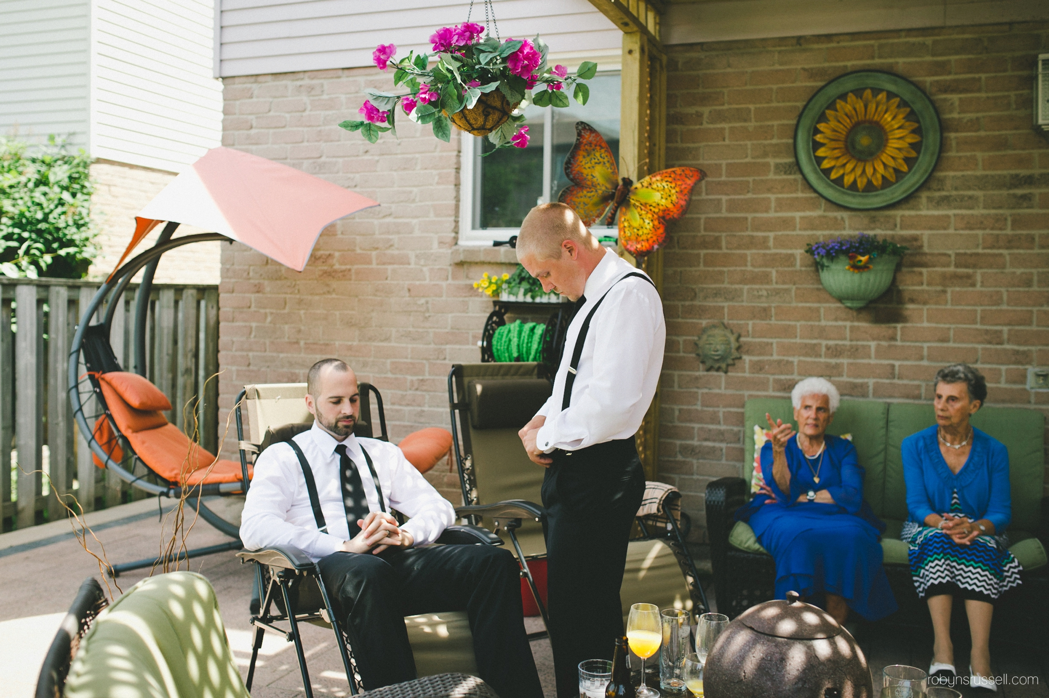 5-photojournalistic-shot-of-groomsmen-relaxing.jpg