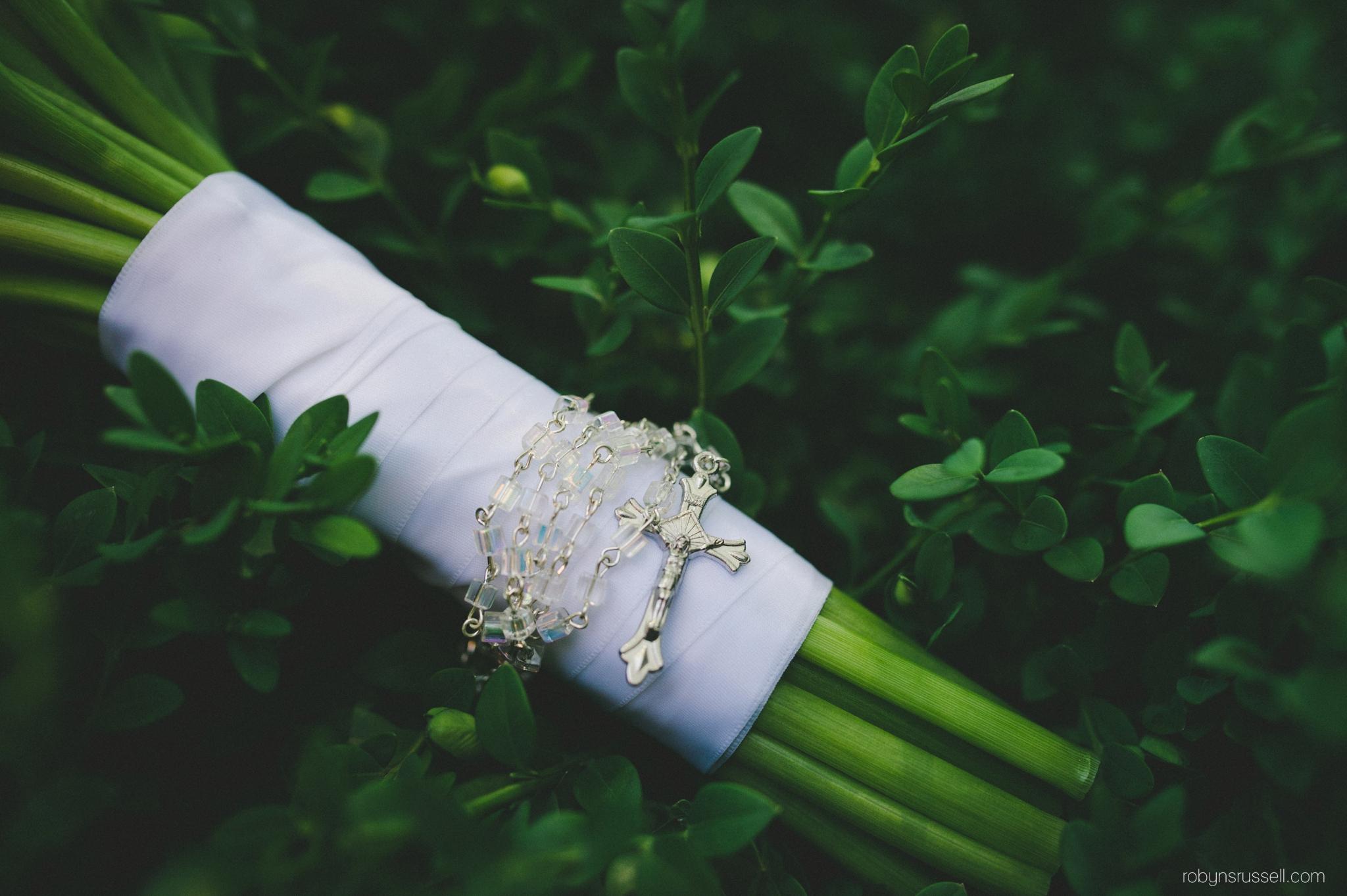 59-religious-cross-on-bridal-bouquet.jpg