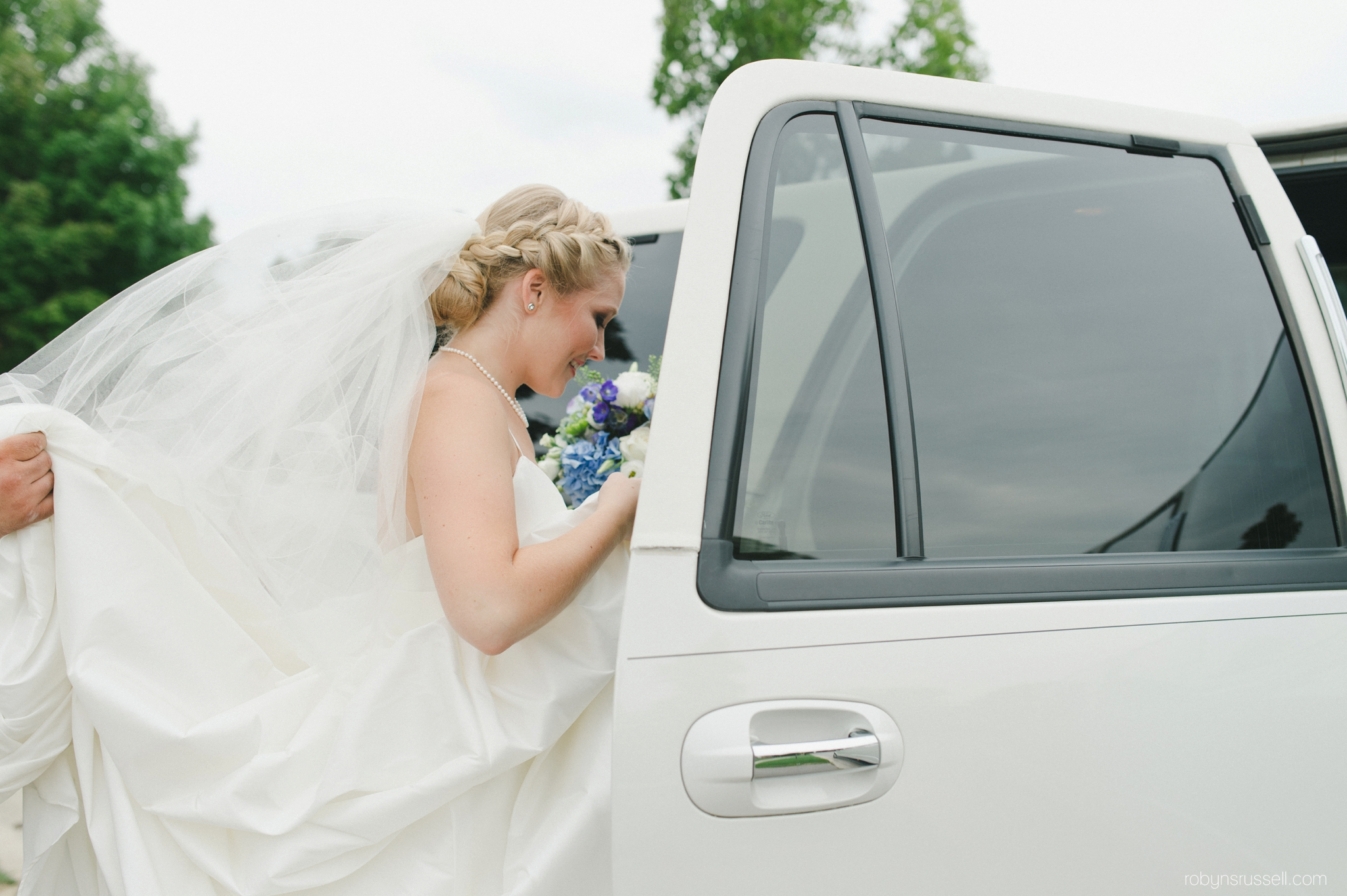 0111-bride-getting-in-limo.jpg