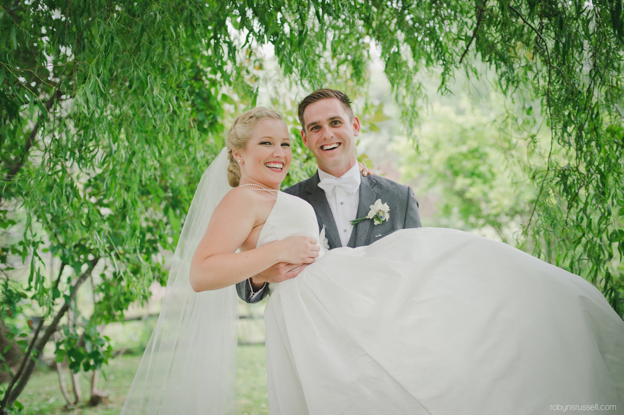 0498-bride-and-groom-in-love-kurtz-orchard.jpg