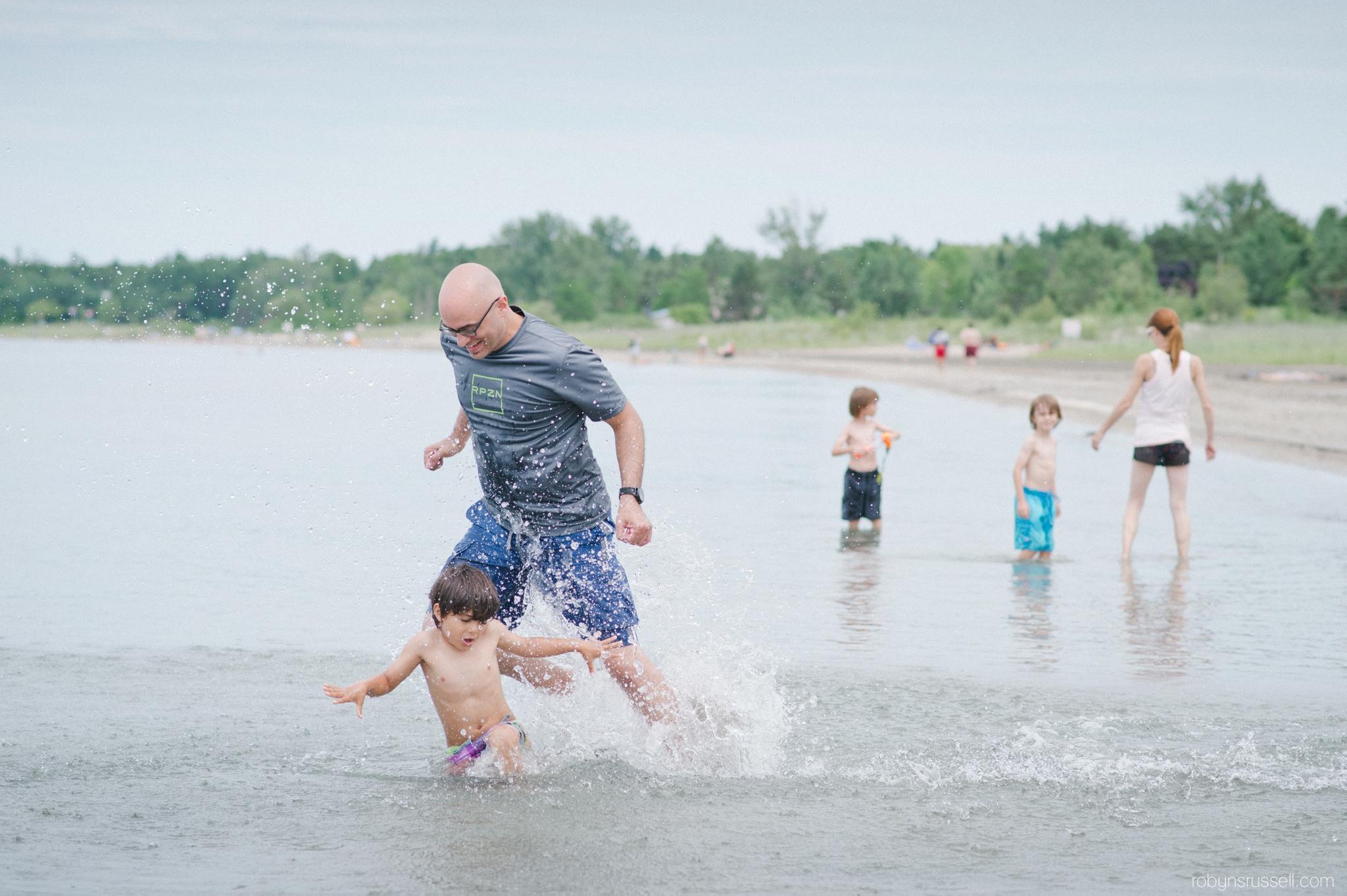 05-dad-chasing-kids-in-water-collingwood.jpg