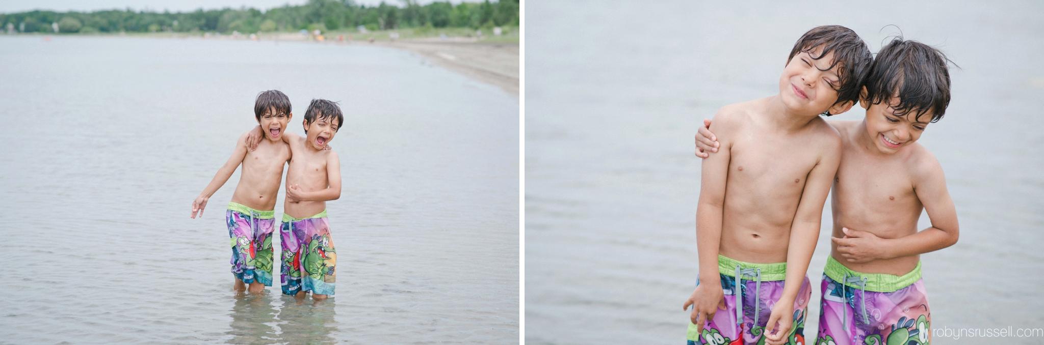 08-twin-boys-laughing-beach-portrait.jpg