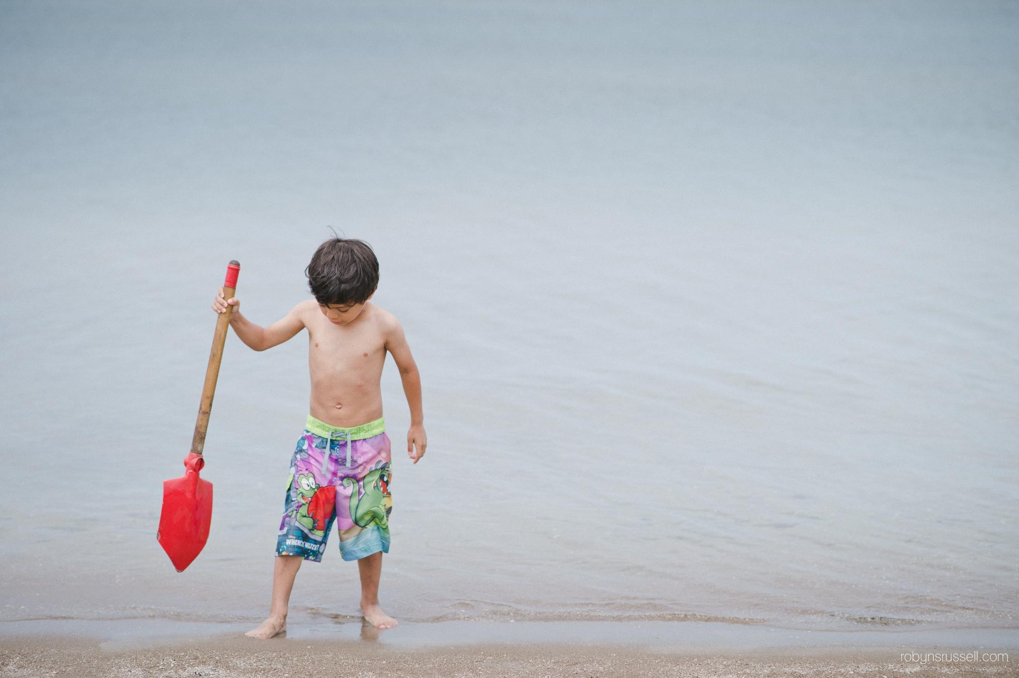 10-boy-with-shovel-at-beach-colllingwood.jpg