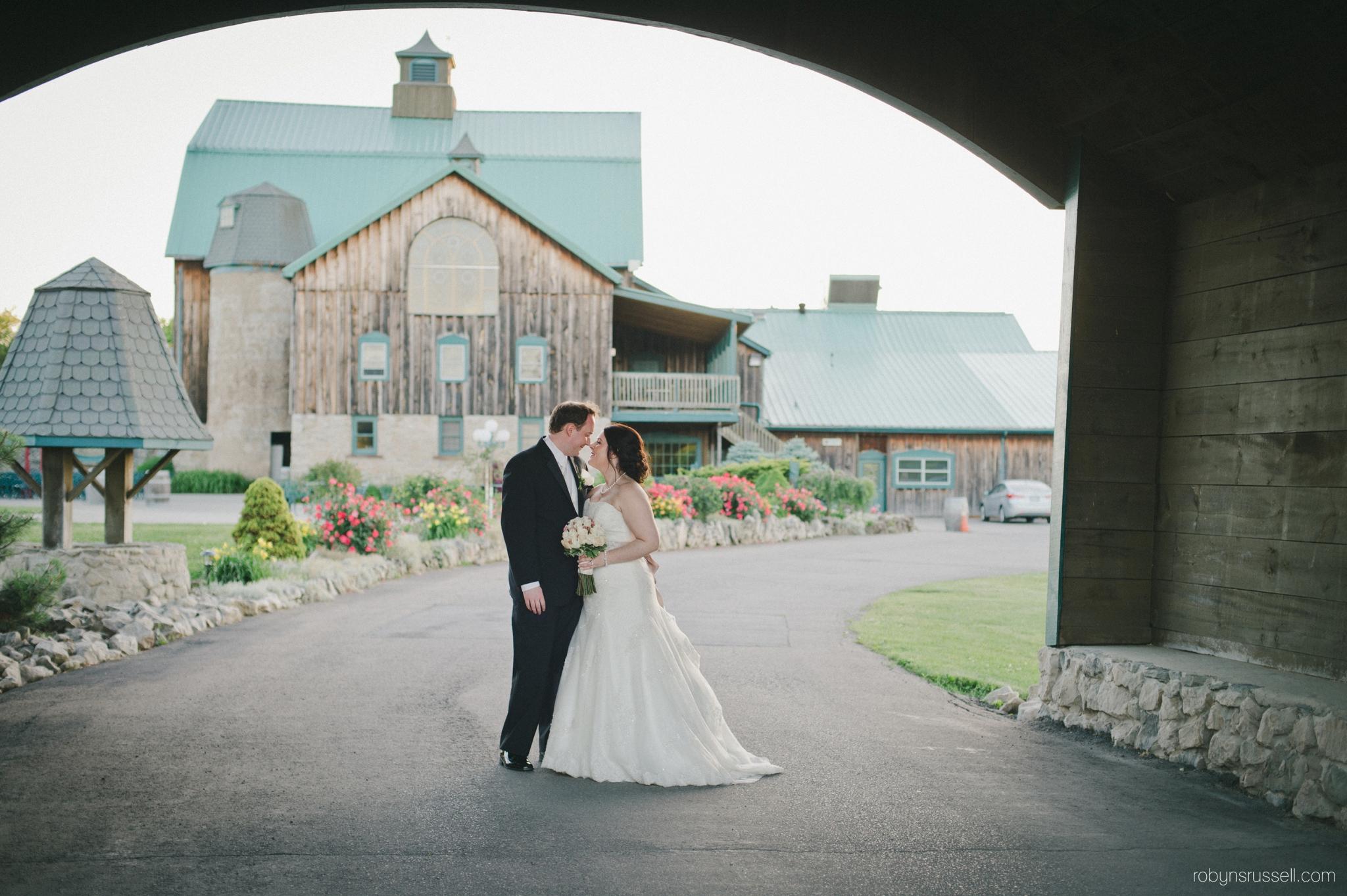 36-bride-and-groom-kissing-under-hernder-bridge.jpg
