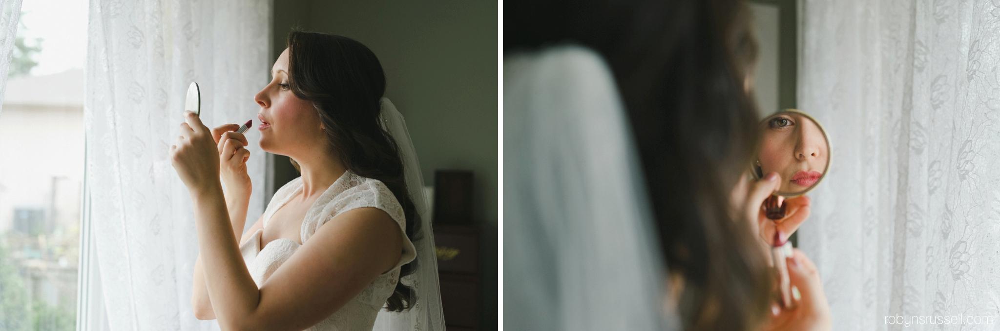 10-bride-putting-on-lipstick-oakville-wedding-photograhper.jpg