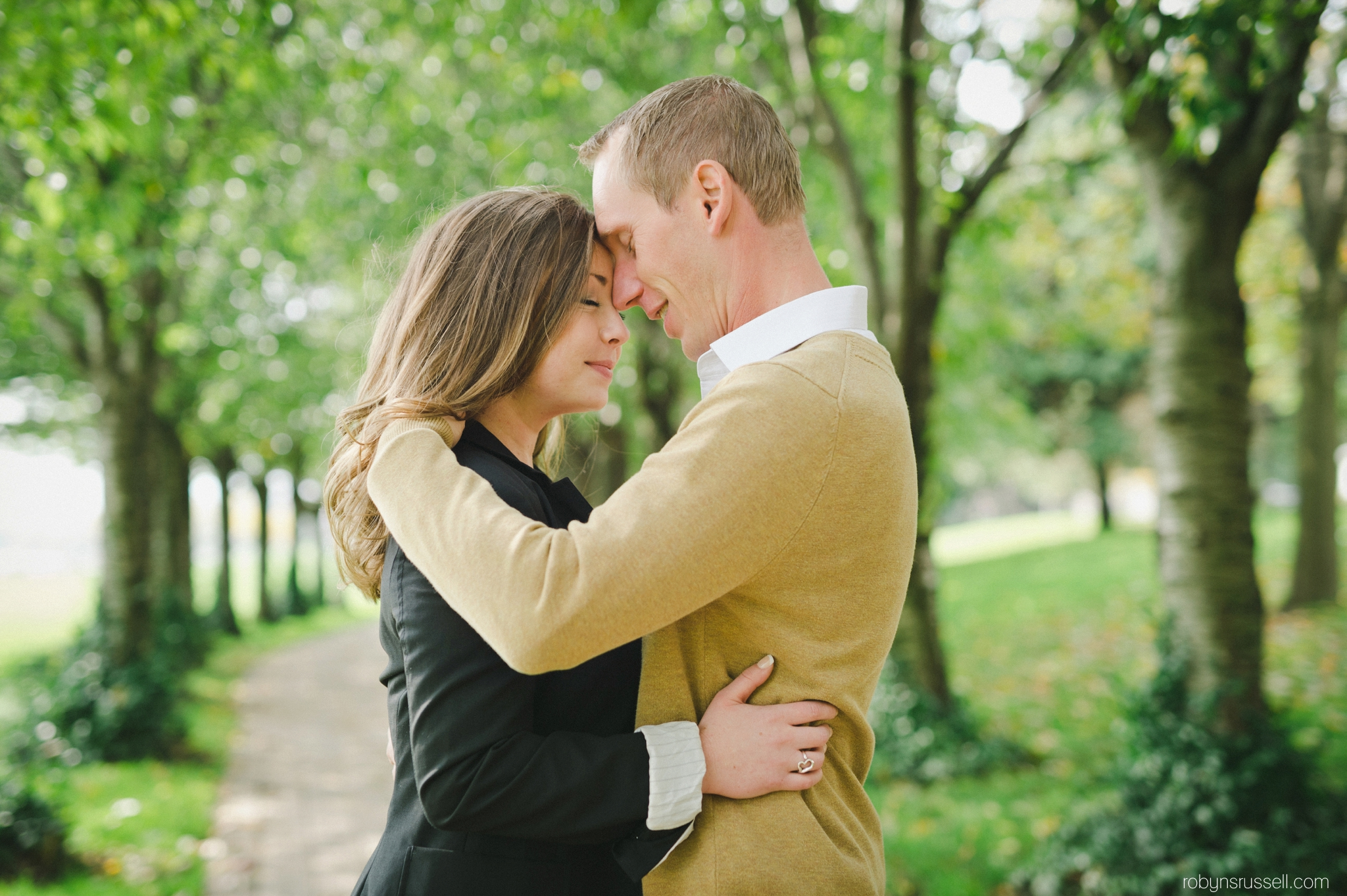 10-couple-sharing-a-private-embrace-in-a-park.jpg