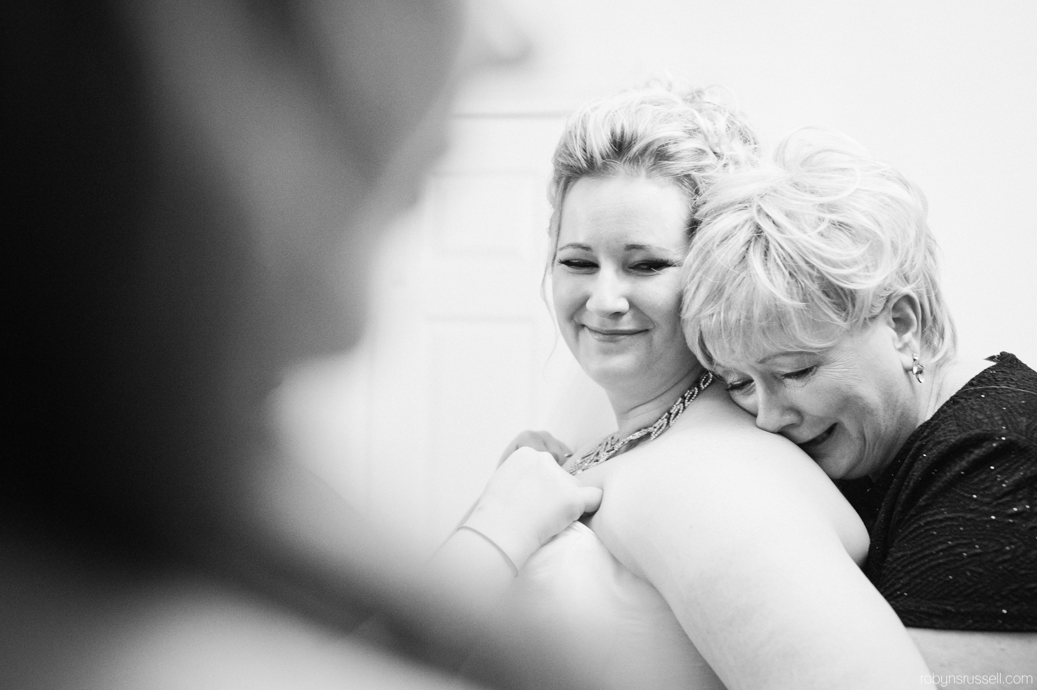 10-bride-and-mom-emotional-moment.jpg
