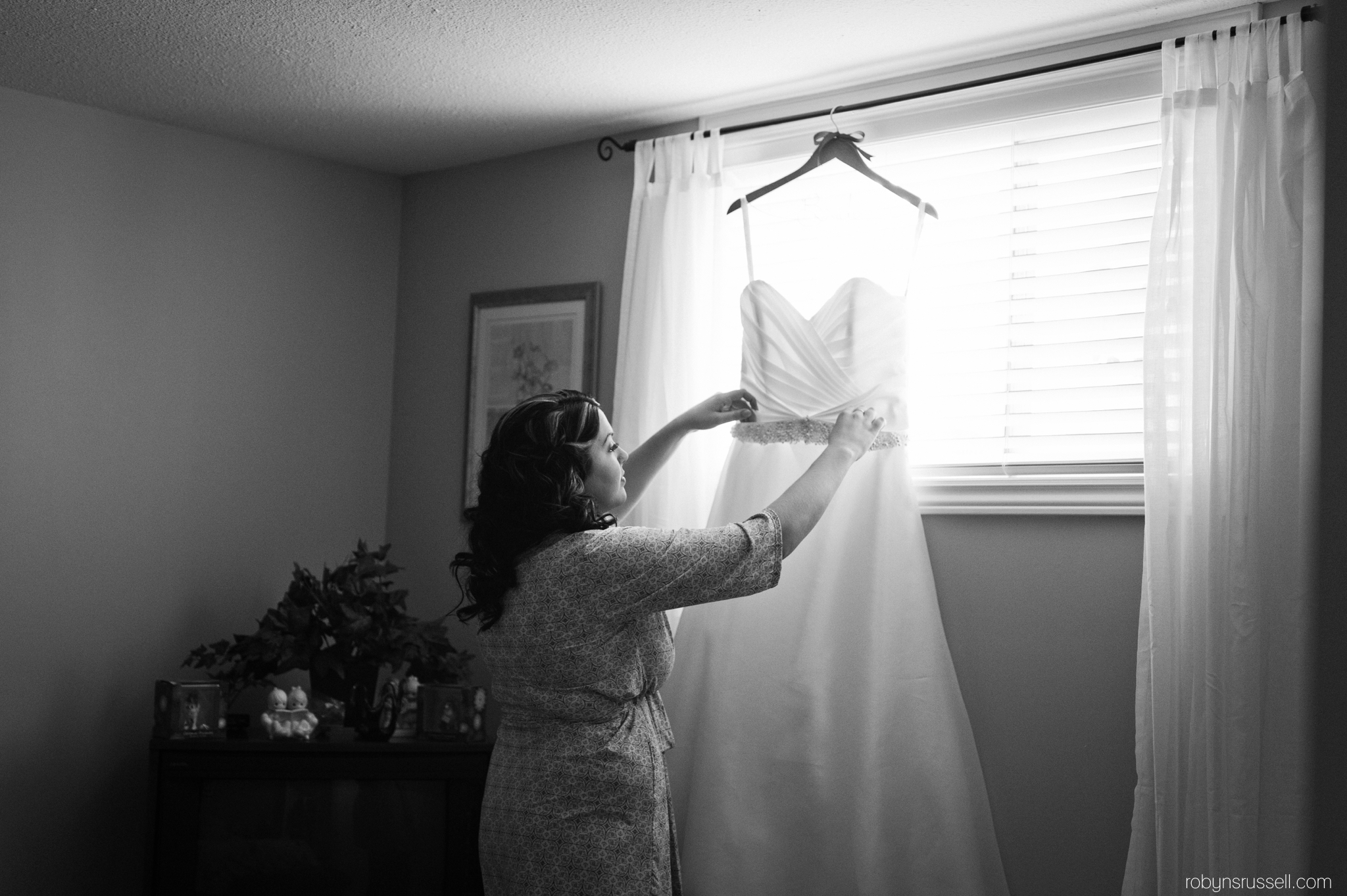 10-bride-grabbing-dress-in-grandmothers-room.jpg