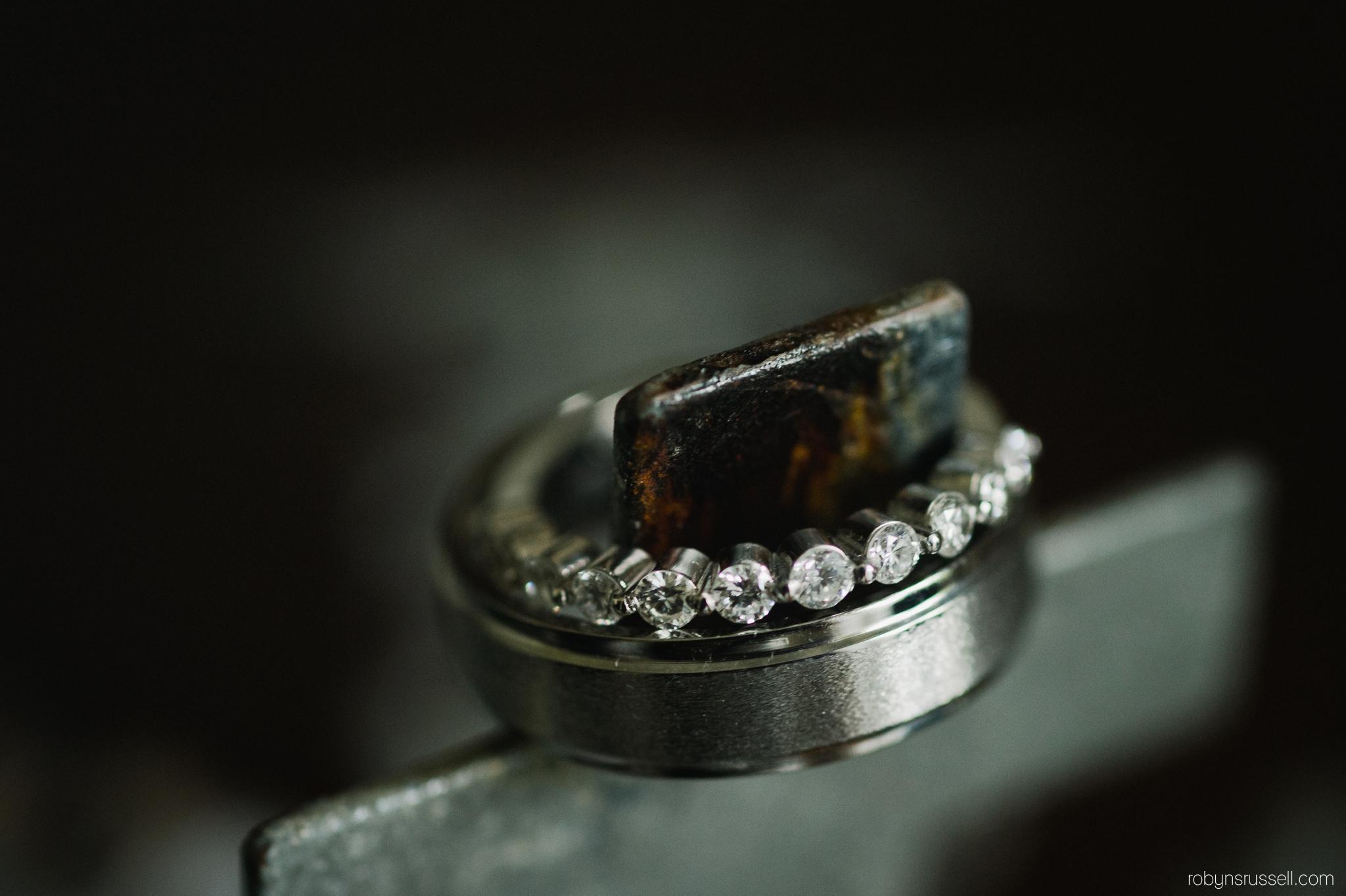20-bride-and-groom-rings-macro.jpg